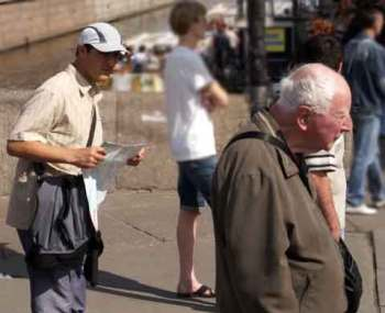 street crime in St. Petersburg, Russia. The map-wielding pickpocket is behind the mark. The other thief is on the old man's left. (You can see his striped sleeve.)