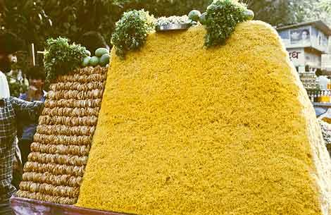 Eating Mumbai: Bhel puri cart, Bombay, 1989.