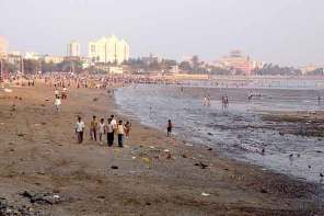 Chowpatty Beach, along which runs Marine Drive, where the Mumbai pickpocket was observed and arrested.