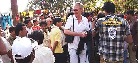 Street crime in Mumbai, India: Huge crowds grew as Bob Arno stole from passers-by in Mumbai.
