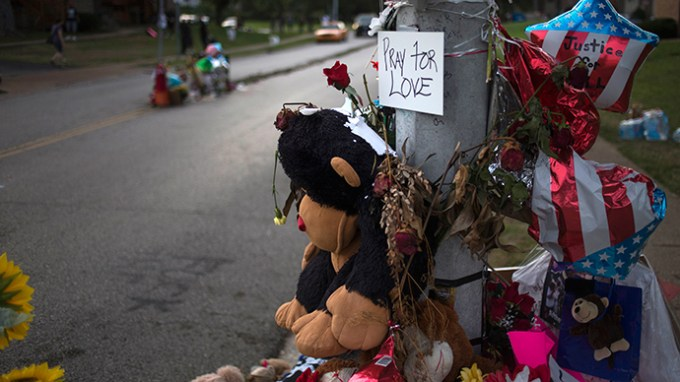 A makeshift memorial is seen near the site where unarmed teen Michael Brown was shot dead in Ferguson, Missouri (Reuters / Adrees Latif)