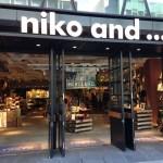「niko and … TOKYO」の本棚はアートである