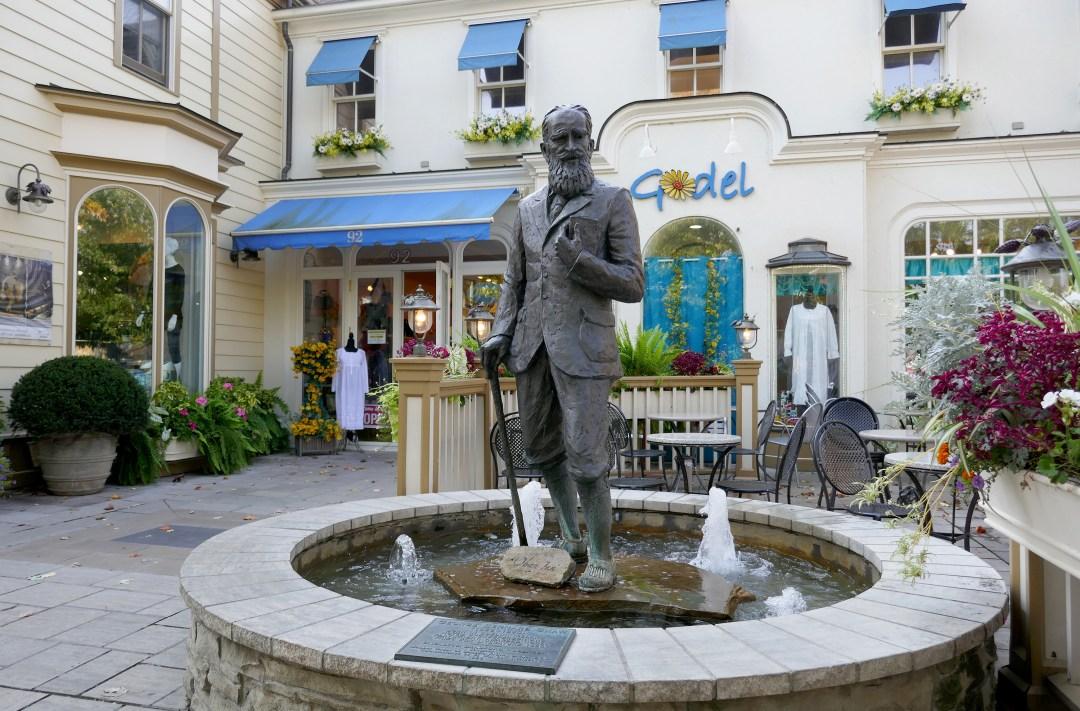 Statue of George Bernard Shaw in Niagara on the Lake