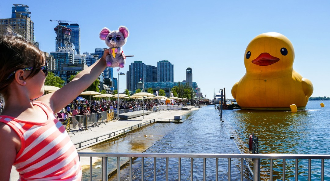 Child selfie with giant rubber duck and mouse for boomervoice