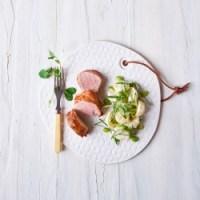 Grillet mørbrad af gris i baconsvøb & kartoffel-bønne-salat