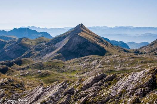 Nekaj metrov pod Lastvo, najvišjim vrhom Kape Moračke (2226 m). Foto: Grega Žorž