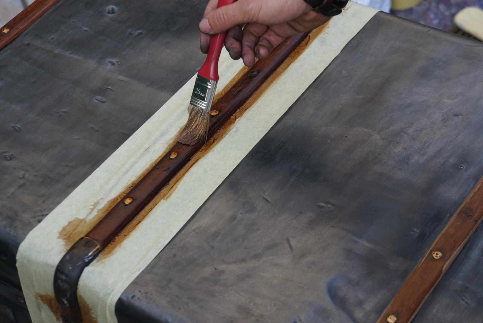La malle cintr e m tallique for Peinture pour le bois