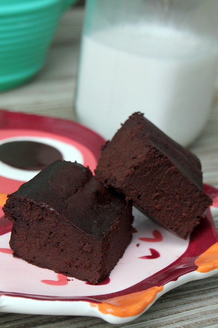 Looking for a healthier version of your favorite dessert? This flourless fudgy brownie recipe is divine and made with no grains or refined sugar. Only 5 ingredients