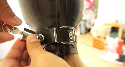 全頭マスクで呼吸管理される椅子に拘束された女を電マで責める椅子に拘束した半裸の女を全頭マスクで呼吸管理プレイと電マ責めで窒息エロ動画AV作品