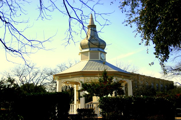 Gazebo we passed, where families gather with their kids and have a day at the park.