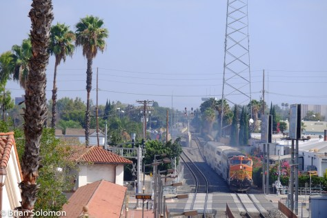 This is a telephoto view of train 633 from the same vantage point as the photo above.
