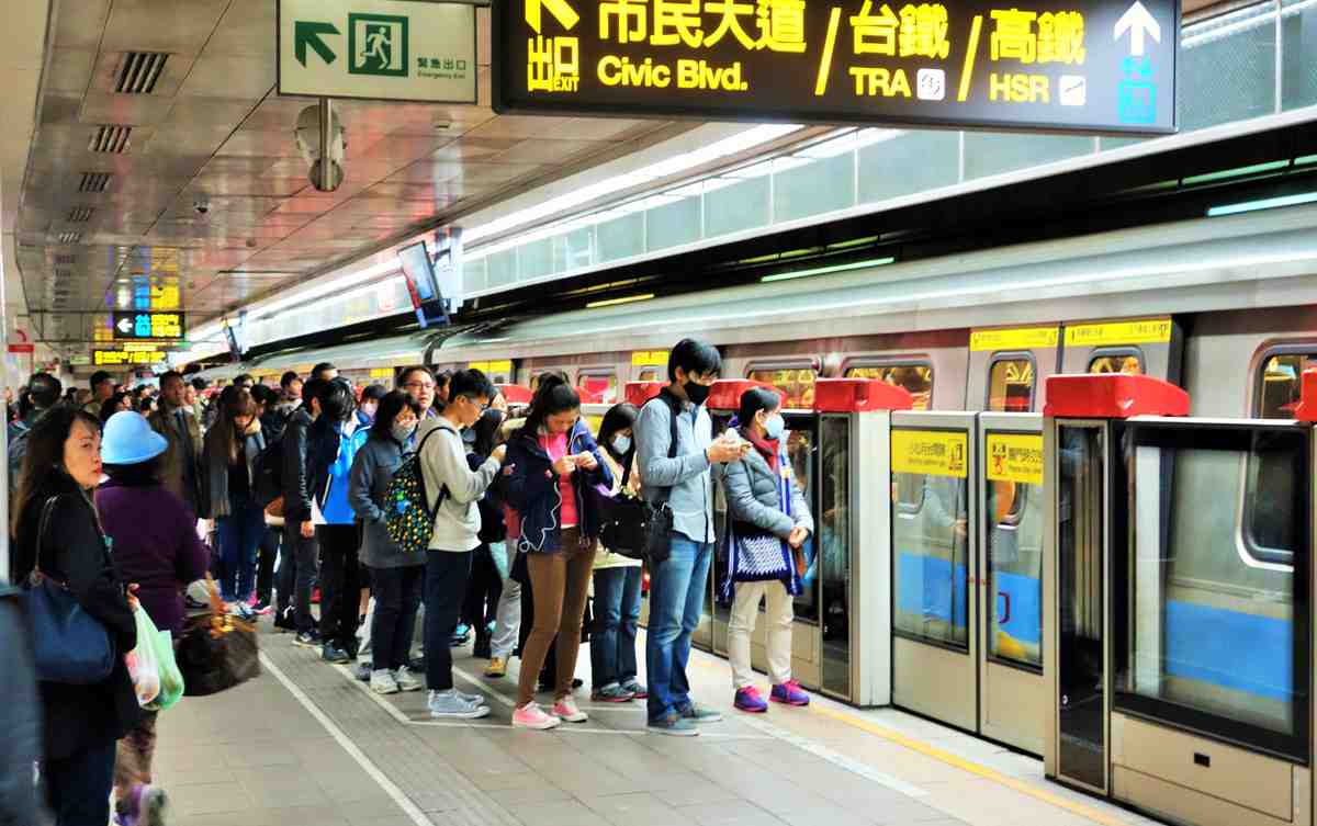 Transit riders line up before boarding subway train in Taipei. Can Los Angeles learn good transit etiquette from other transit-mature cities? (Photo: Brigham Yen)
