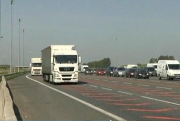 Autostrady zakorkowane. Kierowcy czekają godzinę przy bramkach poboru opłat.