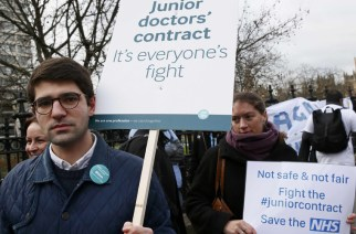 Doctors hold placards during a strike outside St Thomas' hospital in central London, Britain January 12, 2016. © Stefan Wermuth / Reuters