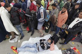 Migrants wait to board buses to take them onwards to the train station, from the border crossing in Nickelsdorf, Austria. © Srdjan Zivulovic / Reuters