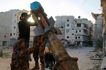 Free Syrian Army fighters prepare a locally-made mortar launcher during clashes with forces loyal to Syria's President Bashar al-Assad on the Amerya front in Aleppo on 5 November, 2014 (Photo: Reuters)