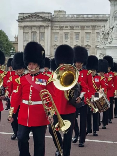 marching guards band at buckingham palace