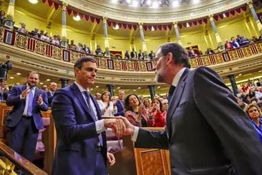 Mariano Rajoy saluda al socialista Pedro Sánchez, el nuevo presidente de España