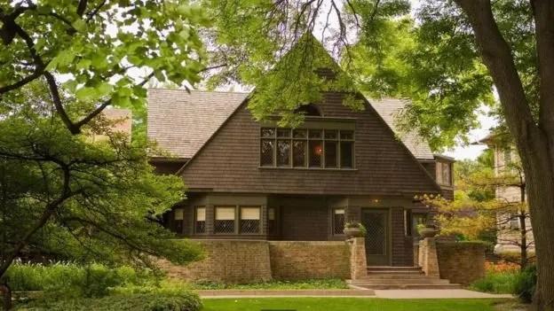 Wright es más conocido por las casas que diseñó, incluida la suya propia, en Oak Park (Illinois), que construyó en 1889. Ahí vivió 20 años