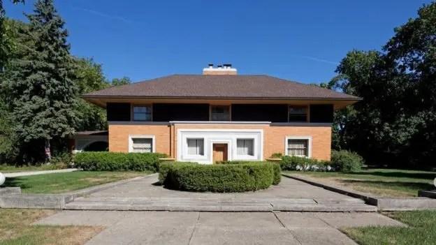 Su primer trabajo grande para su propia firma fue la Winslow House, en River Forest (Illinois), que todavía se ve actual, a pesar de que fue construida entre 1893 y 1894