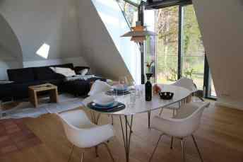 Neben dem offenen Essbereich befindet sich die Wohn- und Entspannungsecke im Obergeschoss