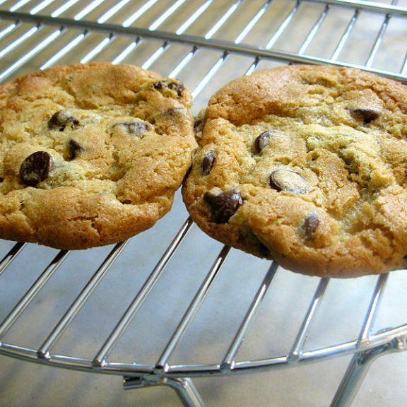 800px-Chocolate_chip_cookies_cooling_on_a_wire_rack,_May_2009
