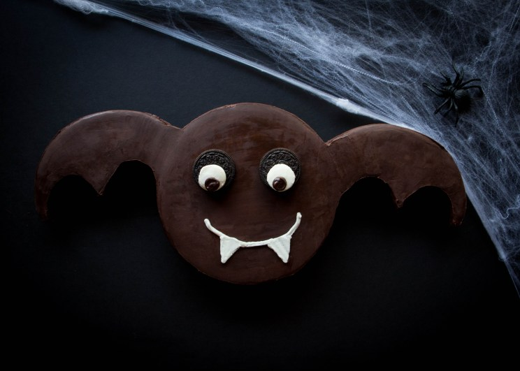 Halloween Bat Cake with easy step-by-step tutorial! // butterlustblog.com