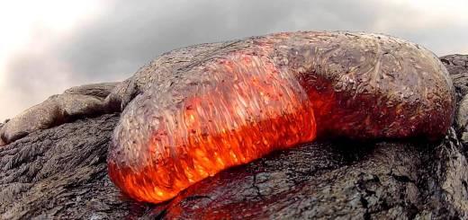 溶岩がゆっくりと流れ出る様子を至近距離で撮影
