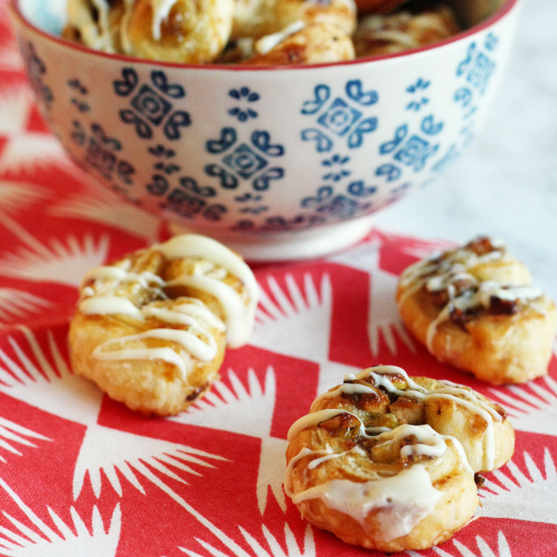 Recipe – Sweet puff pastry snacks with fig marmalade, pistachios and white chocolate