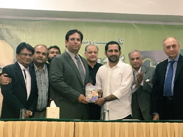 روزنامہ ایکسپریس کے ایڈیٹر اسپورٹس سلیم خالق کرکٹر سرفراز احمد کو اپنی کتاب پیش کرتے ہوئے، فوٹو: ایکسپریس
