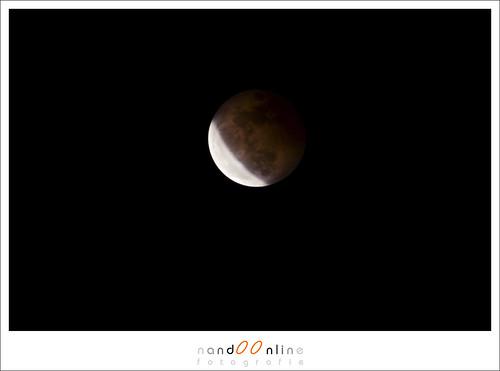 Het vervelende moment dat je niet langer èn de rode gloed, èn het heldere deel van de Maan op de foto kan zetten. Dan kun je of van beide een foto maken, of de gulden middenweg zoeken. (ISO400, f/9, 0,6sec)