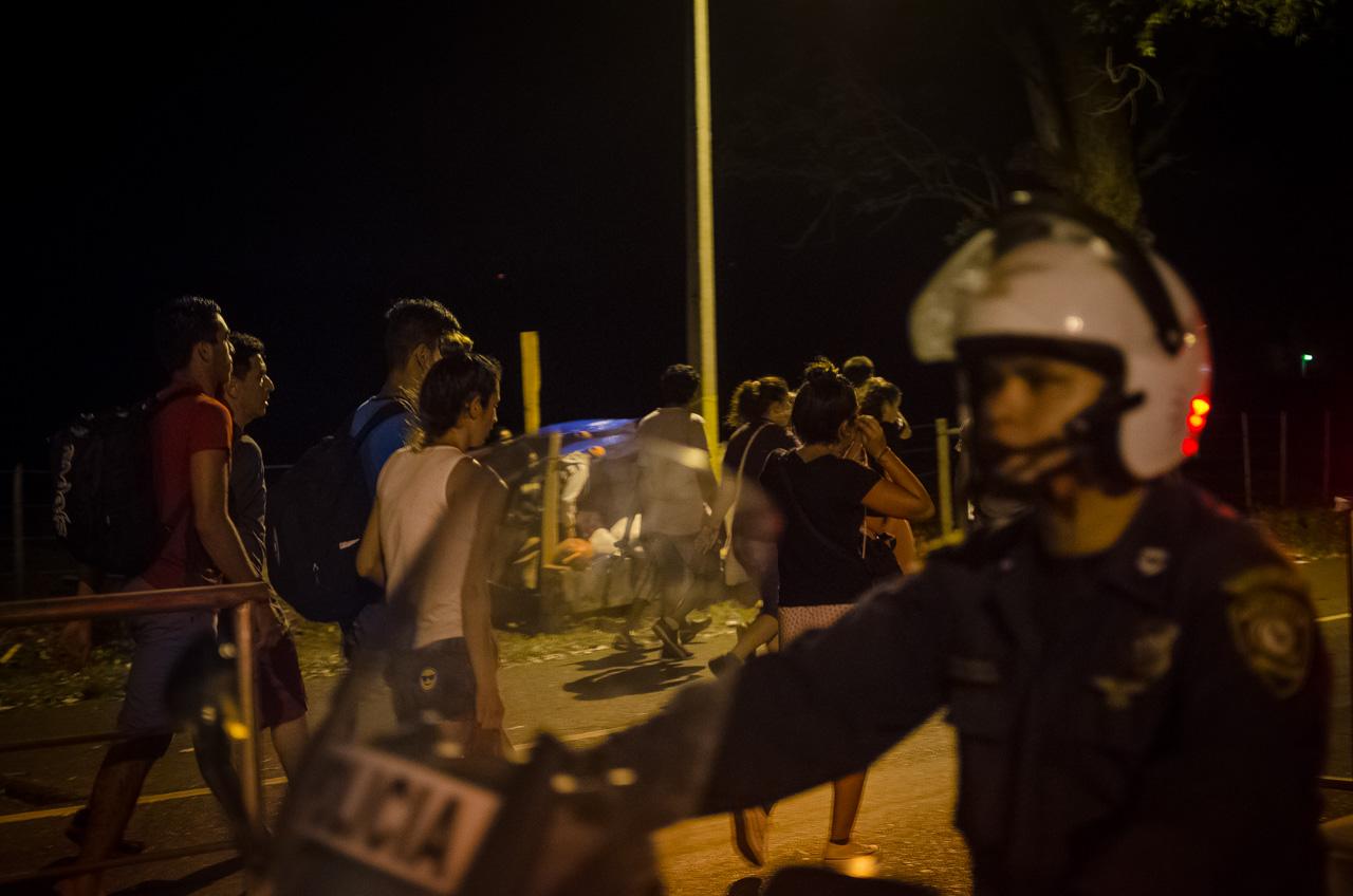 Cerca de las 20:00 horas los peregrinantes, en su mayoría jóvenes, marchan hacia la basílica de Caacupé ante la custodia de la policía nacional. (Elton Núñez).