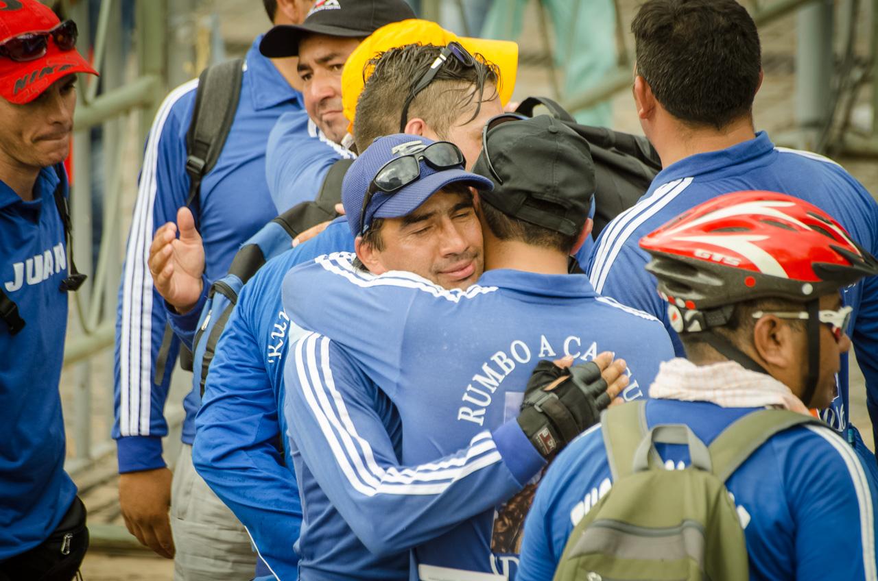 Un grupo de ciclistas celebra la llegada a Caacupé, luego de tres días de pedaleo desde Ciudad del Este, Minga Guazú y Km 45. (Elton Núñez).