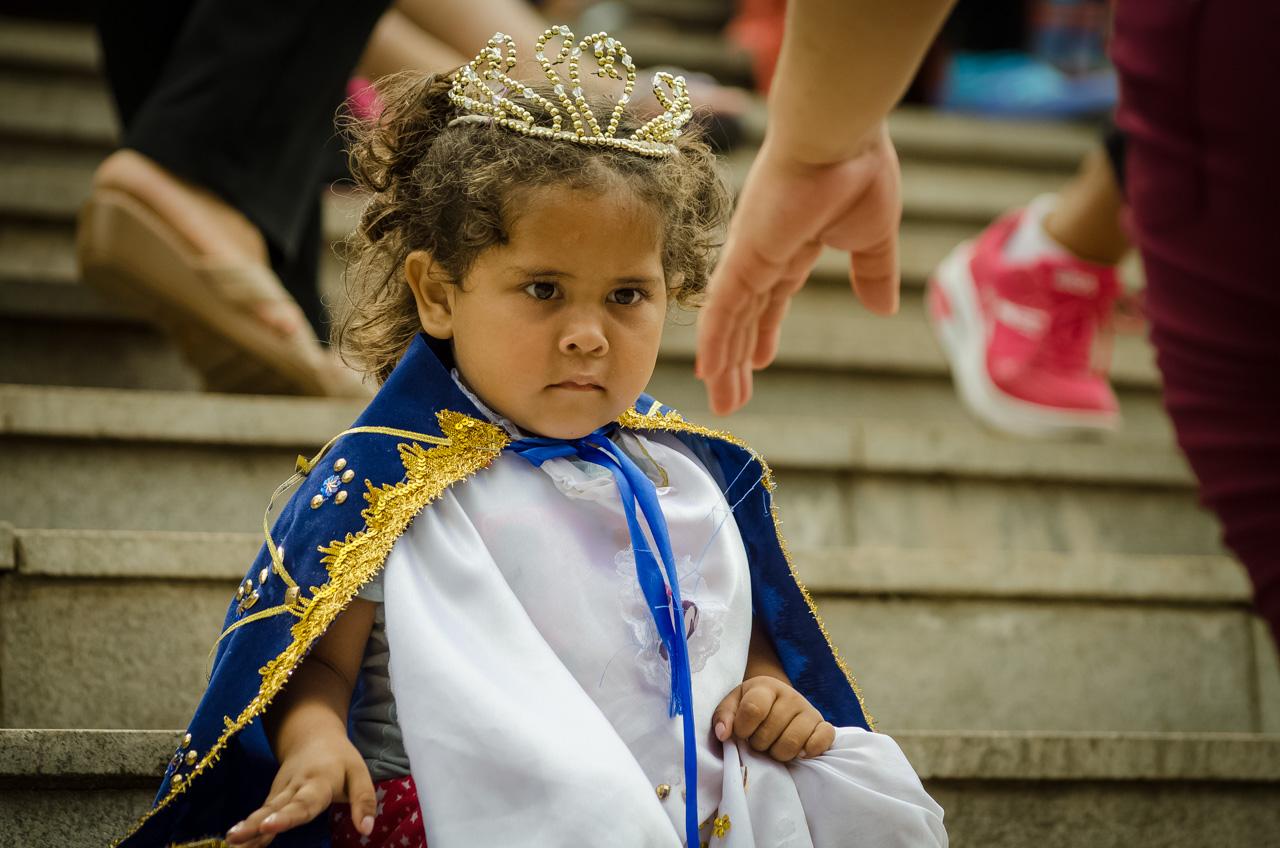 Una niña fue vestida como la virgen de Caacupé en la víspera de las celebraciones del 8 de Diciembre. (Elton Núñez).