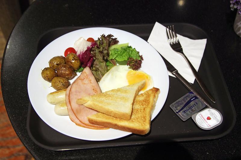 breakfast at aerotel singapore
