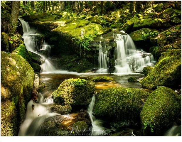 Een magisch dal, met een klein riviertje dat in een serie van watervallen een weg naar beneden zoekt.