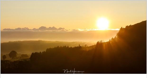 Zonsopkomst bij de oude vulkaan Mont Bar. Een nieuwe dag breekt aan in de prachtige Auvergne