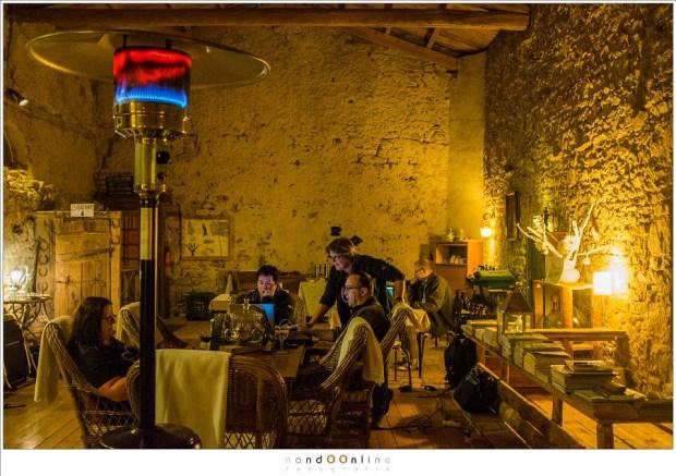 De kasteelboerderij La Fougeraie biedt een mooie gezamelijke ruimte waar de maaltijden geserveerd worden, maar waar ook ruimte is voor gezellig te praten, een muziekje te draaien of om aan de slag te gaan met de foto's