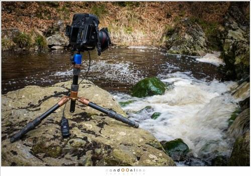 In gebruik voor lange sluitertijden. Door gebruik te maken van een L-bracket blijft het gewicht van deze zware camera boven het balhoofd en is de stabiliteit optimaal. Zonder L-bracket wordt fotograferen met dit formaat camera in portrait stand een stuk lastiger.
