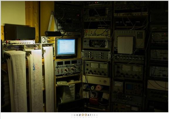 De controlekamer van het Polarlightcenter. Een analoog paradijs vol meetapparatuur, kabels, signalen, plotters, met een vleugje digitaal.