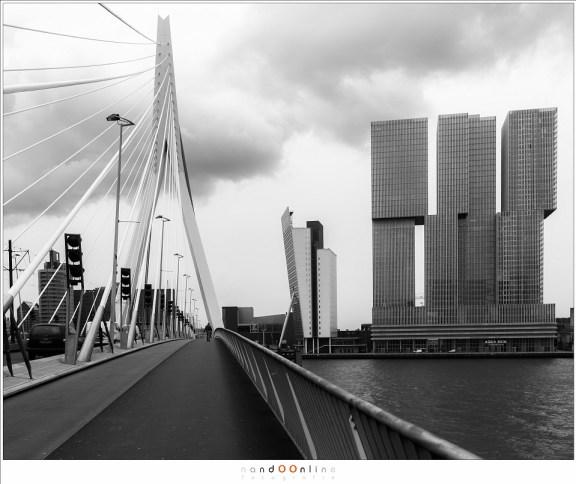 Daar is de brug dan, over de Nieuwe Maas naar de Kop van Zuid waar de KPN toren te vinden is, met daarnaast het NHOW hotel.