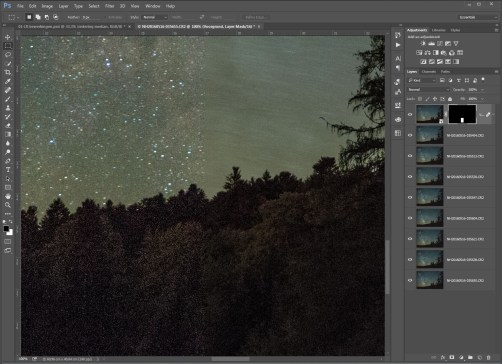 Stap 9 - Het resultaat van het stacken: links is het origineel, rechts is de gestackte versie. Let op de ruis in de donkere voorgrond. Let ook op de sterren, die als een veeg uitgesmeerd zijn. Dit is de reden voor een extra set lagen waarmee we de sterrenhemel gaan bewerken.