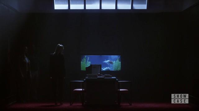 Mr. Robot: Sala escura com um aquário ao fundo e compudores antigos a frente. O que é real?