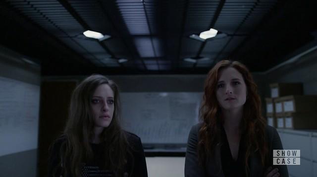 Mr. Robot: Darlene ou lado de Dom, olhando para o quadro de investigação.
