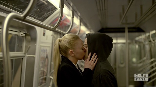Mr. Robot: Angela beija Elliot no vagão do metrô