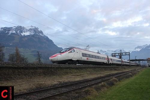 Wird man am Gotthard entgegen allen Versprechungen noch vergebens suchen: Die RABe 503 (Hier RABe 503 011-1 in Brunnen)