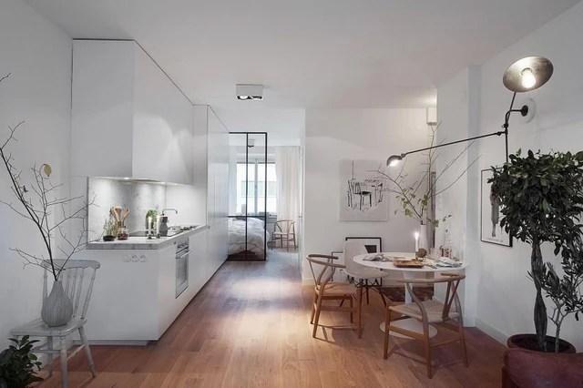 Ấn tượng đầu tiên về căn nhà này đó là từ nội thất, bếp ăn, phòng ngủ cho tới tường, trần nhà đều cùng một tông màu trắng tinh khiết. Thế mạnh đặc biệt của gam màu này đó là hút sáng rất tốt, chính nó sẽ làm cho cả căn hộ trở nên tươi mới và cuốn hút đến kỳ lạ.