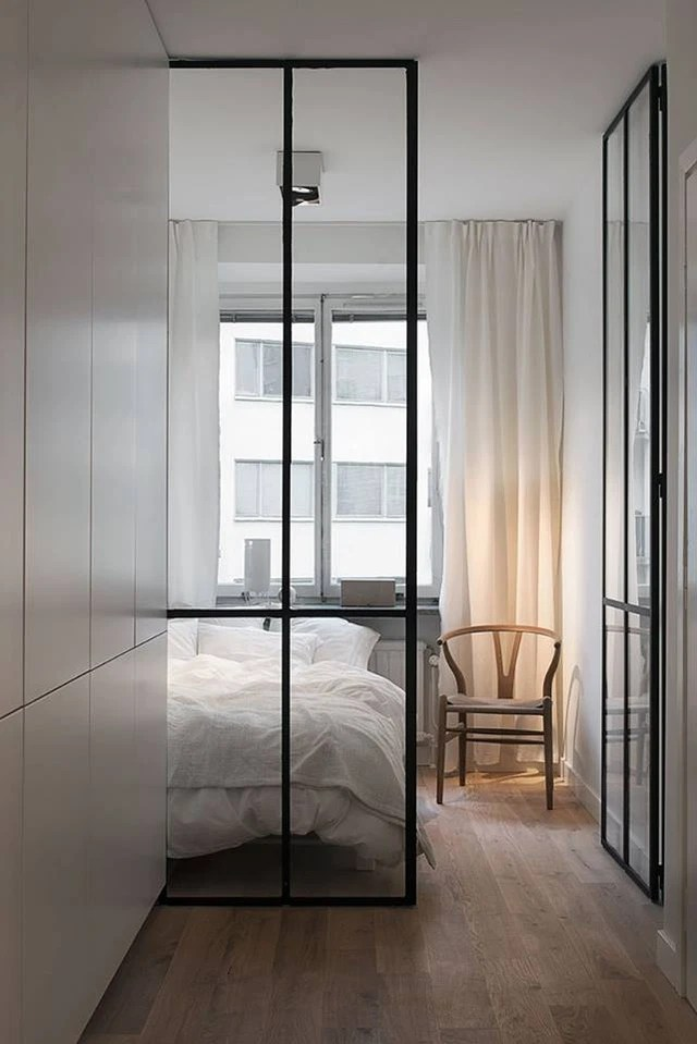 Phòng ngủ thoáng sáng với toàn bộ nội thất tủ, giường, rèm đều một tông màu trắng.