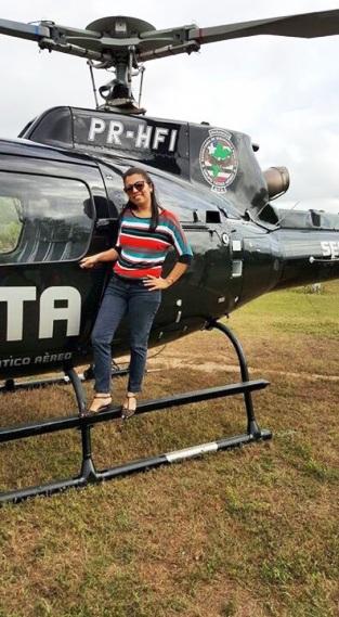 O helicóptero servindo de moldura para fotos, enquanto bandidos explodiam uma agência bancária