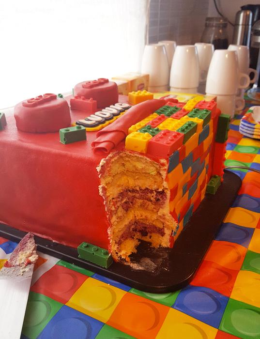Lego cake - legotårtan uppskuren med lager synliga